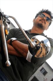thuppaki-vijay-with-bike-hd-wallpaper